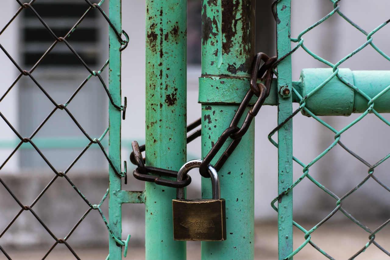 gesloten slot op hek